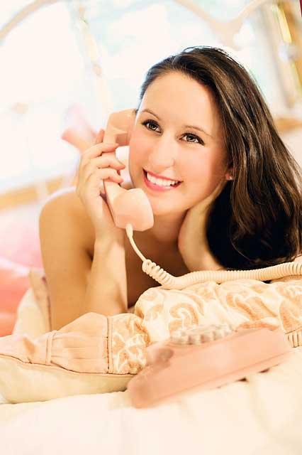 潜在意識で緊張しないで電話をかける笑顔の女性
